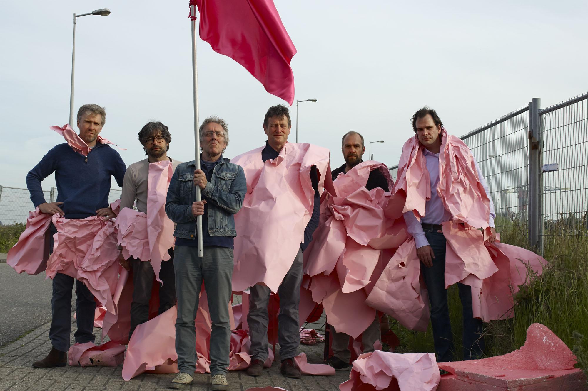 """acteurs van """"De Eigenaar"""" op de Grasweg in Amsterdam. 29 juni 2015. vlnr: Marc de Klerk, Roderick Hageman, Louis Pirenne, Eduard de Geer, Jeroen Corten"""